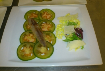 Ensalada de tomate, queso viejo y sardinas en salazon - Recetas Usisa