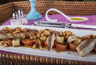 Ensalada templada de tomate cherry, caballa y almendras - Recetas Usisa